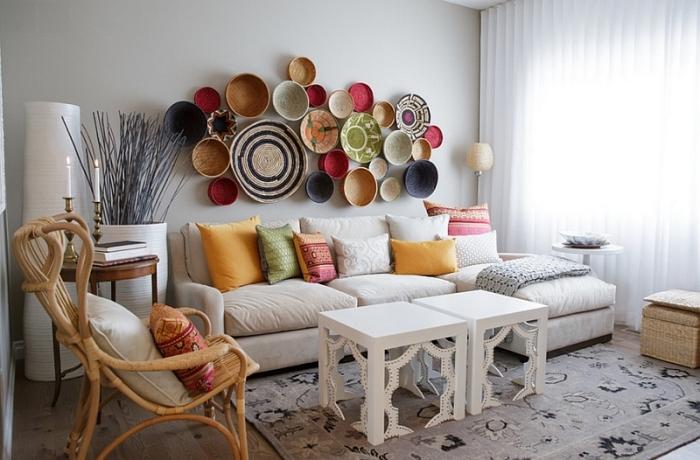 salon moderne aux murs blancs avec éléments décoratifs tendances marocaines, mur de panier ethniques de couleurs variées