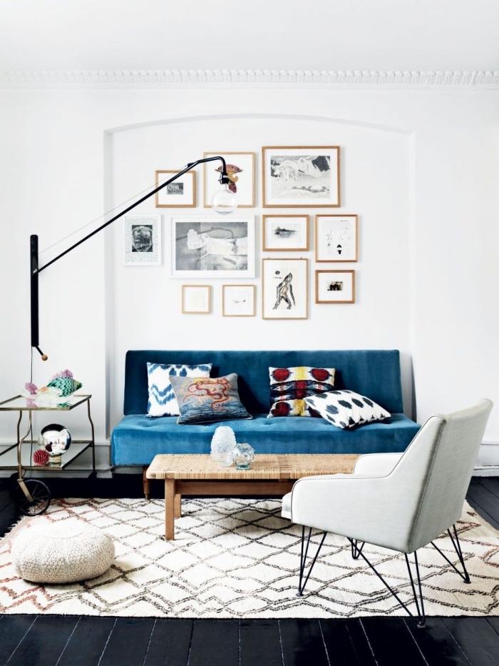 salon bohème chic avec canapé couleur bleu pétrole en velours qui dynamise la déco en tons neutre