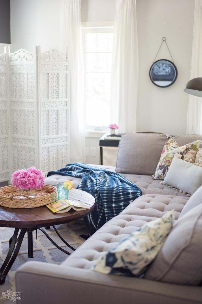 Deco cocooning déco séjour amenagement salon salle à manger 30m2 canapé en angle gris table de café ronde industrielel