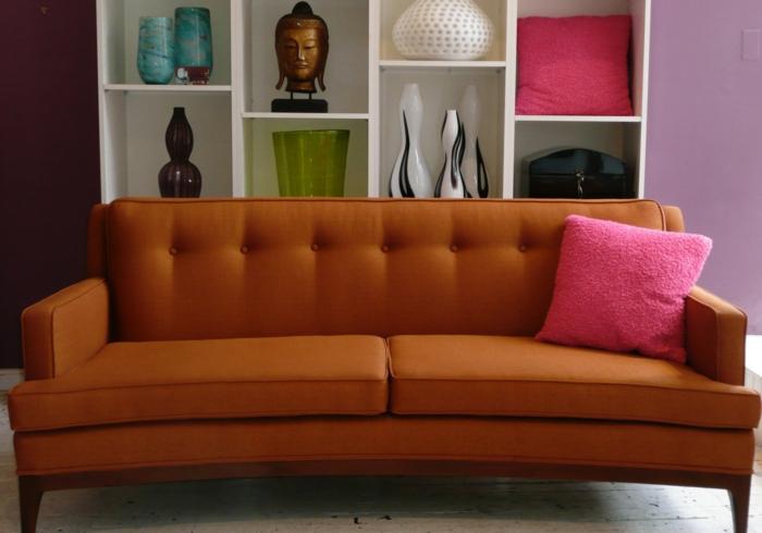 customiser un meuble, comment repeindre un meuble en bois, dalles de carrelage blanches, trois vases en noir et blanc, coussin rose rangé sur une étagère