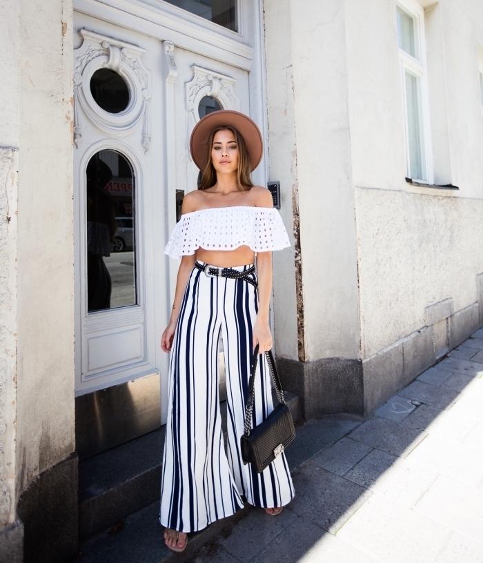 look boho chic en pantalon palazzo aux motifs rayés en blanc et noir avec ceinture et combiné avec top blanc à épaules dénudées