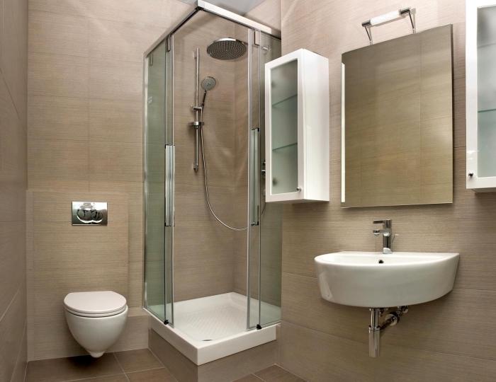 exemple de panneaux d habillage pour rénover sa salle de bains de couleur beige à combiner avec équipement en blanc