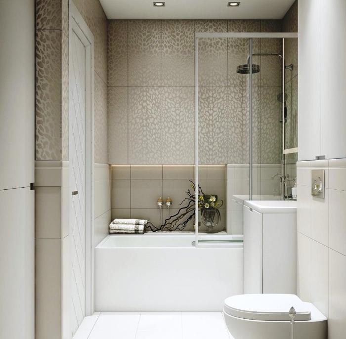 exemple de petite salle de bain avec baignoire en couleurs neutres avec carrelage beige et baignoire et cuvette wc en blanc