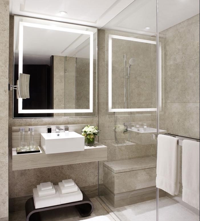 salle de bain tendance contemporaine aux murs design carrelage beige avec plafond blanc et paroi transparent cabine de douche