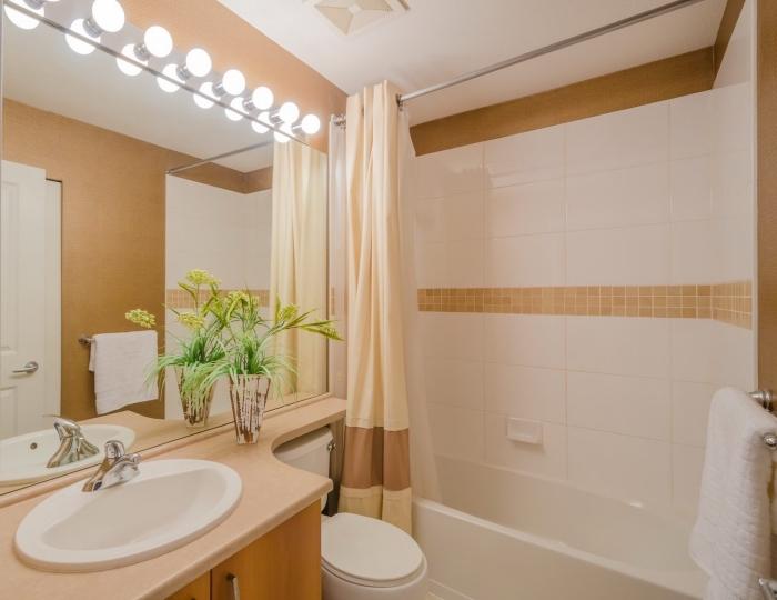 design intérieur dans petite salle de bain blanc et beige avec baignoire, idée agencement moderne avec comptoir