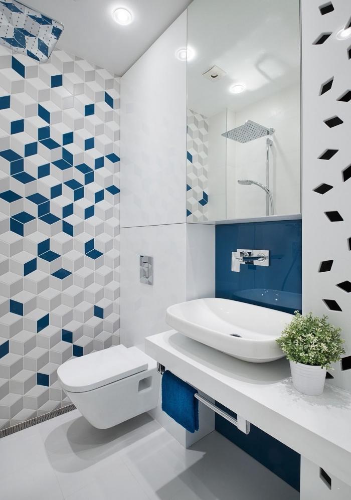 modèle de salle de bain 6m2 avec revêtement mural en carrelage bleu marine et gris clair avec large miroir et équipement blanc