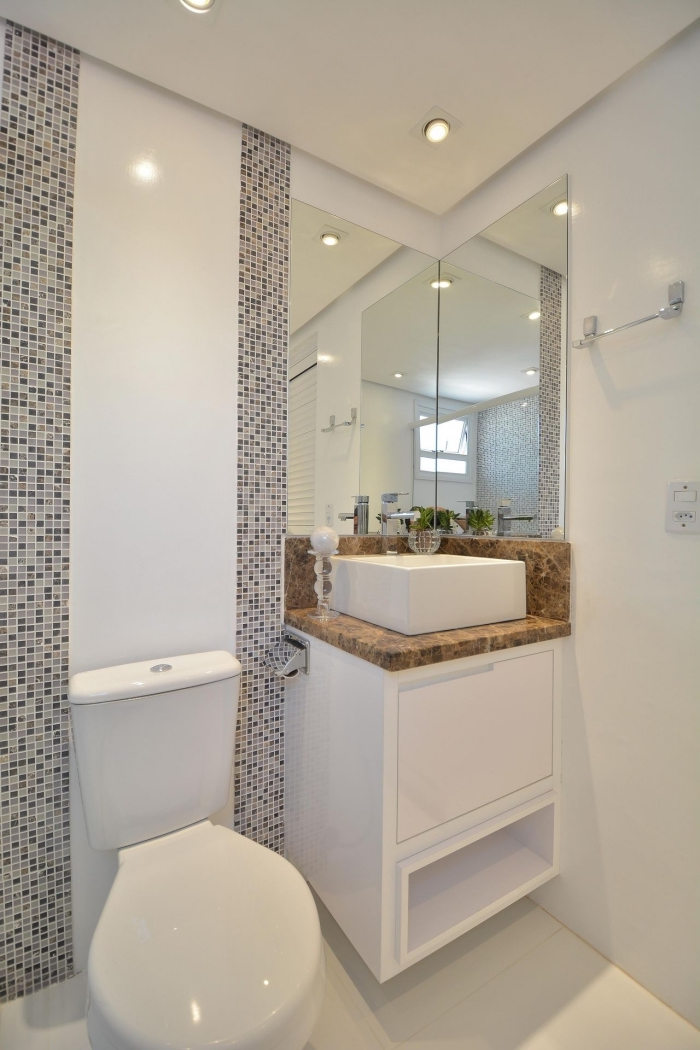 agencement petit espace aux murs et plafond blancs avec déco murale en carrelage mosaïque gris et équipement blanc