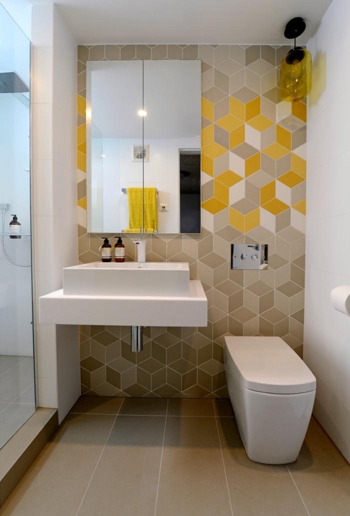 exemple de déco petit espace dans une salle de bain avec cabine de douche, revêtement mural en carrelage beige et jaune