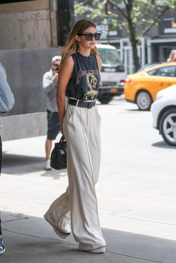 look casual smart de Gigi Hadid en pantalon large de taille haute combiné avec t-shirt foncé et sandales à plateforme