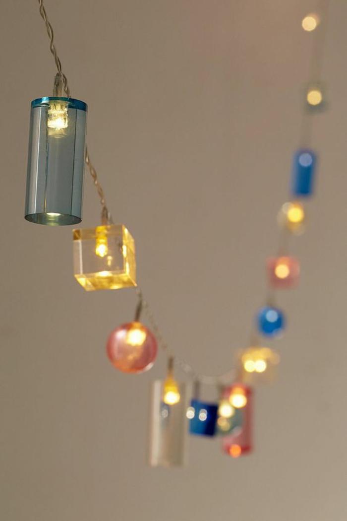 guirlande lumineuse pour chambre avec des éléments en plastique multicolore, chaînette en métal couleur bronze, décoration féerique