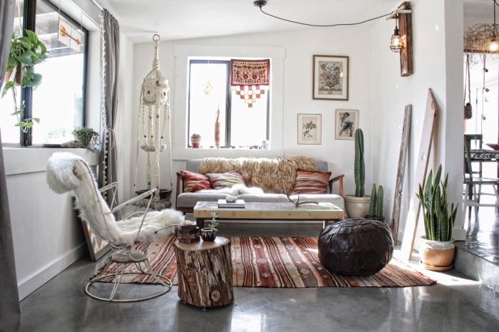 exemple de décor chic ethnique dans un salon blanc aménagé avec meubles de bois et coussins aux motifs ethniques
