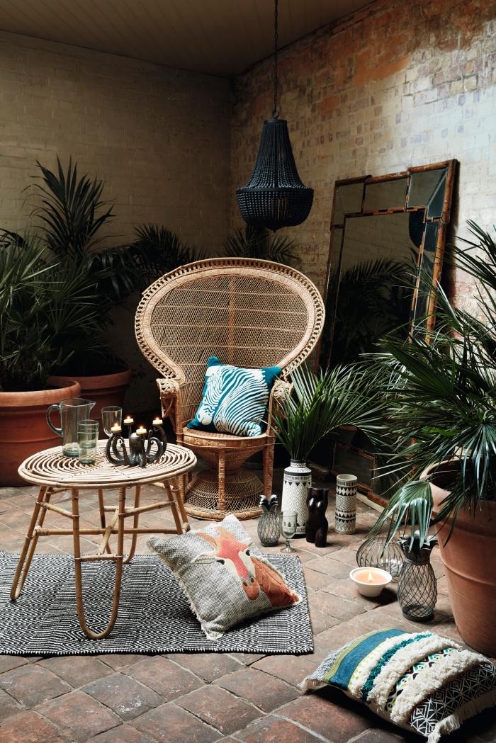 ambiance exotique dans un salon aux murs en briques rouges, deco ethnique avec larges pot à fleurs en terre cuite et plantes vertes