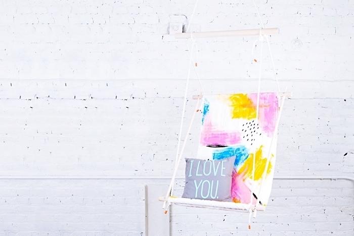 modèle de chaise suspendue à dos coloré pour une chambre ado moderne, design intérieur moderne aux murs briques blanches