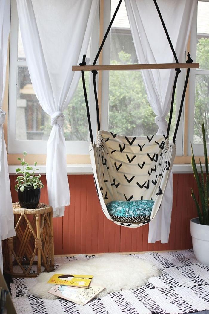 ambiance cocooning dans une chambre ado pour fille avec une chaise suspendue DIY en bois avec tissu beige aux motifs géométriques