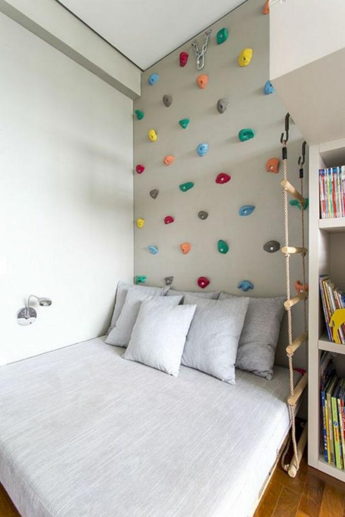 chambre montessori, mur pour grimper en couleur réséda, lit montessori, meuble de rangement en blanc, lit sans barreaux avec linge en gris pastel