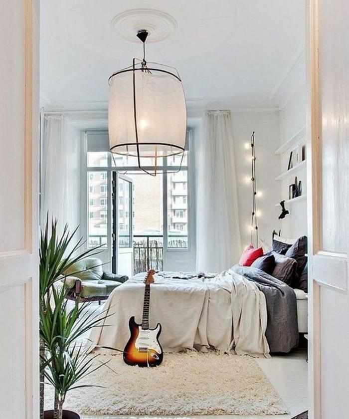guirlande boule coton, angle de chambre décoré avec une guirlande lumineuse pour chambre, luminaire central en forme conique, en métal noir et paravent en tissu blanc transparent