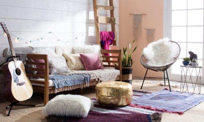 exemple de déco boheme chic avec pan de mur peint en corail pastel et décoré avec diy macramé, coussins décoratifs et plaids avec franges pour déco boho ou hippie chic