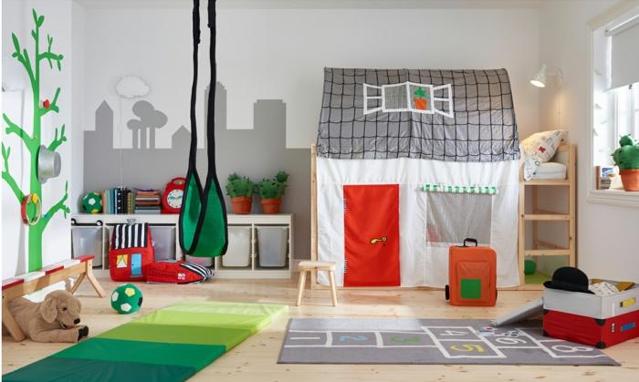 lit cabane montessori, maison en tissu gris, rouge, blanc et vert, murs blancs et arbre en vert peint au mur, meuble montessori