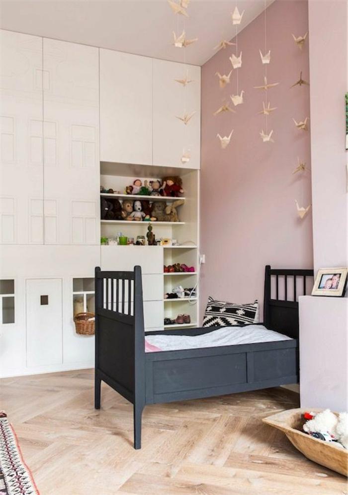 chambre rose poudré et taupe, couleur rose pale, couleur rose poudré, chambre rose et gris, murs en couleur rose poudré, parquet en beige aux nuances marrons, lit aux barreaux en gris anthracite