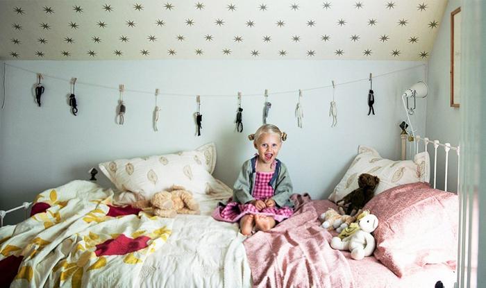 linge de lit et couverture moitié en couleur rose poudré et moitié en jaune pale, pièce sous les combles, chambre rose poudré et taupe