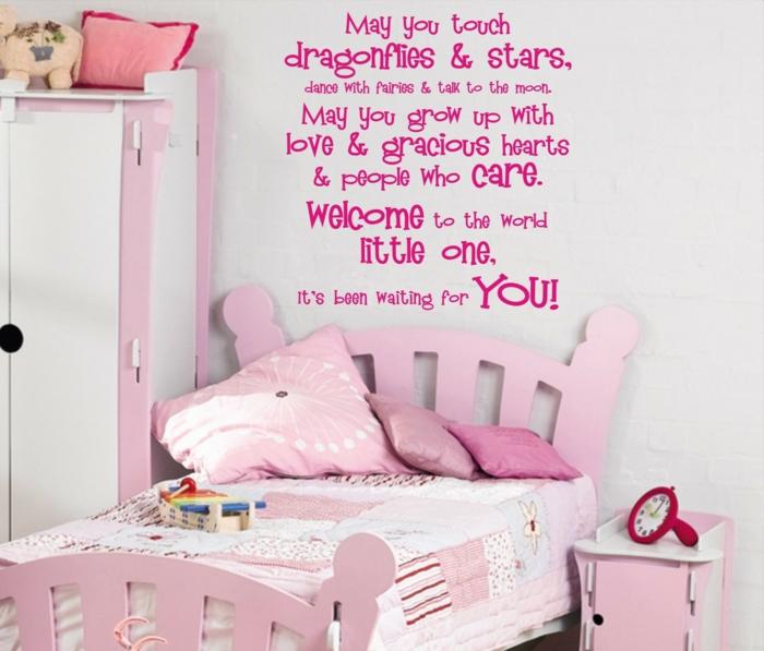 chambre blanche et grise, couleur rose pale, deco rose poudré, messages de motivation au mur en rose fuchsia, lit en bois peint en rose