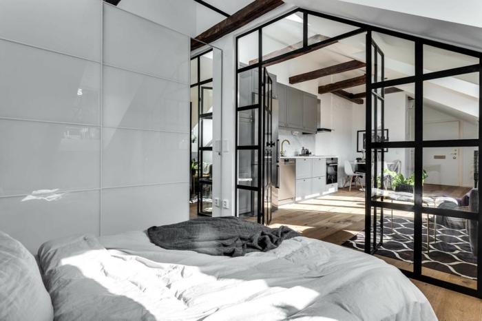 cuisine verriere style industriel, sol en planches de bois, chambre gris et bois, poutres apparentes