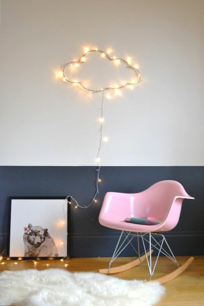 guirlande boule coton, nuage en métal enroulé d'une guirlande,déco avec une guirlande lumineuse boule, mur bicolore en blanc et bleu pétrole, chaise basculante en plastique rose, sol recouvert de parquet encastrable clair