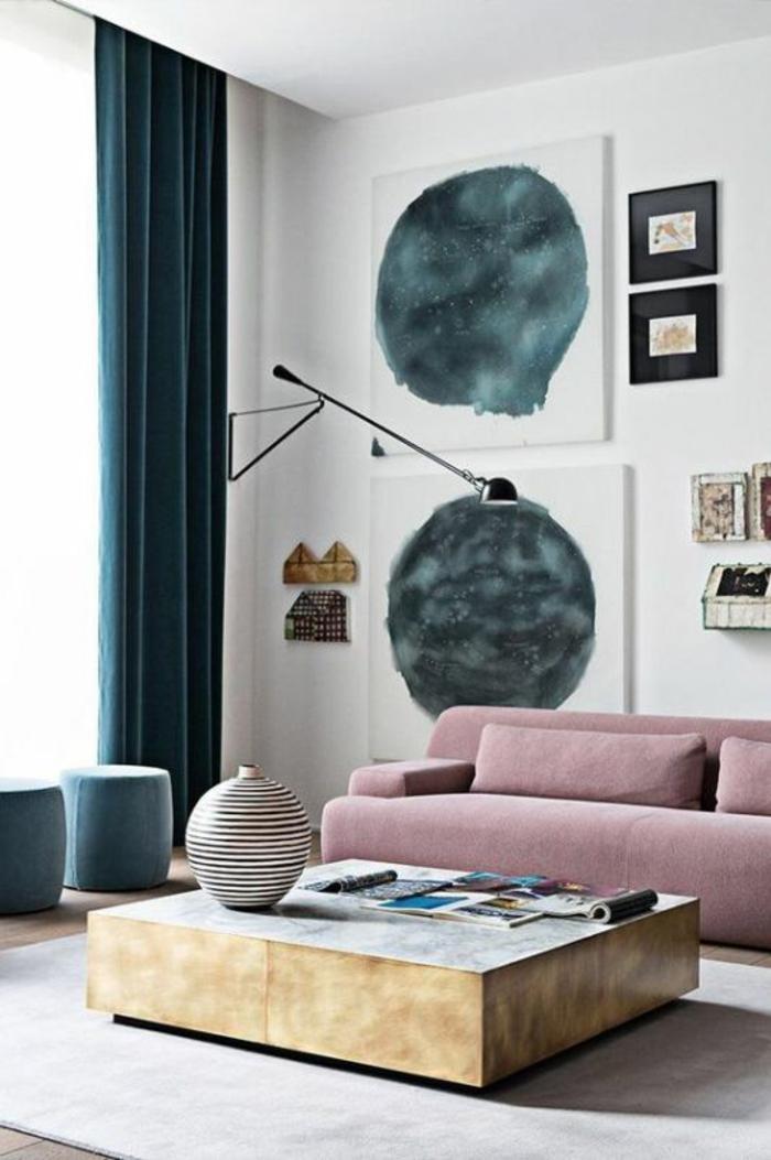 canapé en vieux rose, rideaux en vert pétrole, grande table carrée avec base en feuille en métal doré, quelle couleur associer au gris