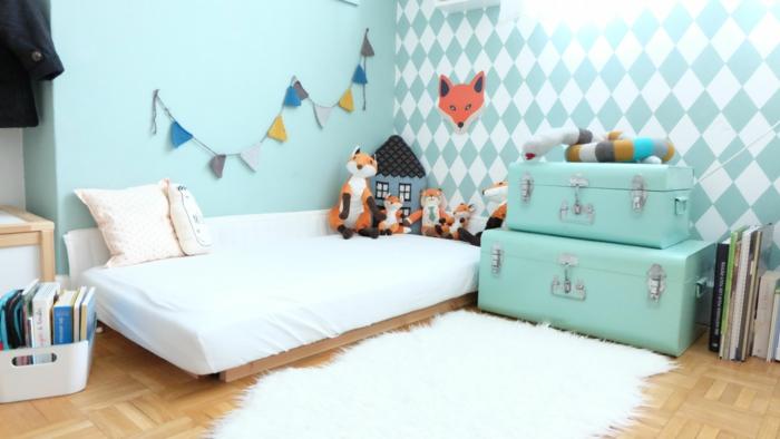 murs en bleu turquoise, petits drapeaux triangulaires multicolores au mur, meuble montessori, lit bébé sans barreau, miroir montessori