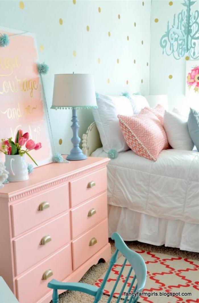 couleur rose poudré pour un meuble de rangement dans une chambre d'adulte, murs en papiers peints en bleu pastel aux pois dorés, luminaire lustre aux pampilles en bleu pastel