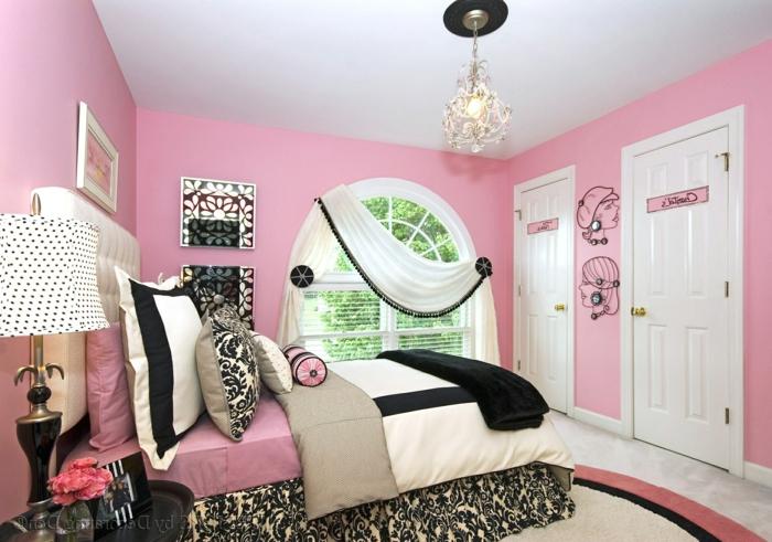 chambre rose et gris, murs roses, luminaire lustre pampilles en cristal, lit avec matelas moelleux, luminaire de chevet avec abat-jour blanc a pois noirs