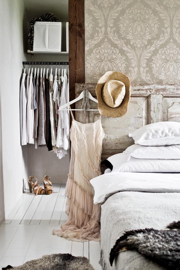 idée comment ranger ses vêtements avec meuble ouvert dans une pièce de style bohème chic, modèle de papier peint gris clair et blanc