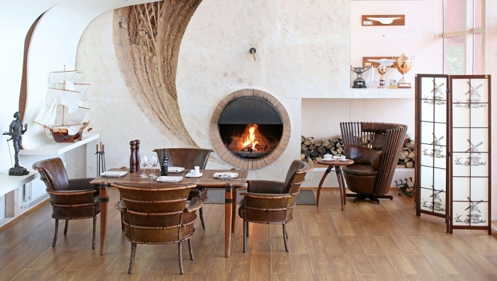 salon chaleureux de style boho chic et rustique aménagé avec meubles de bois foncé, objets traditionnels pour déco ethnique