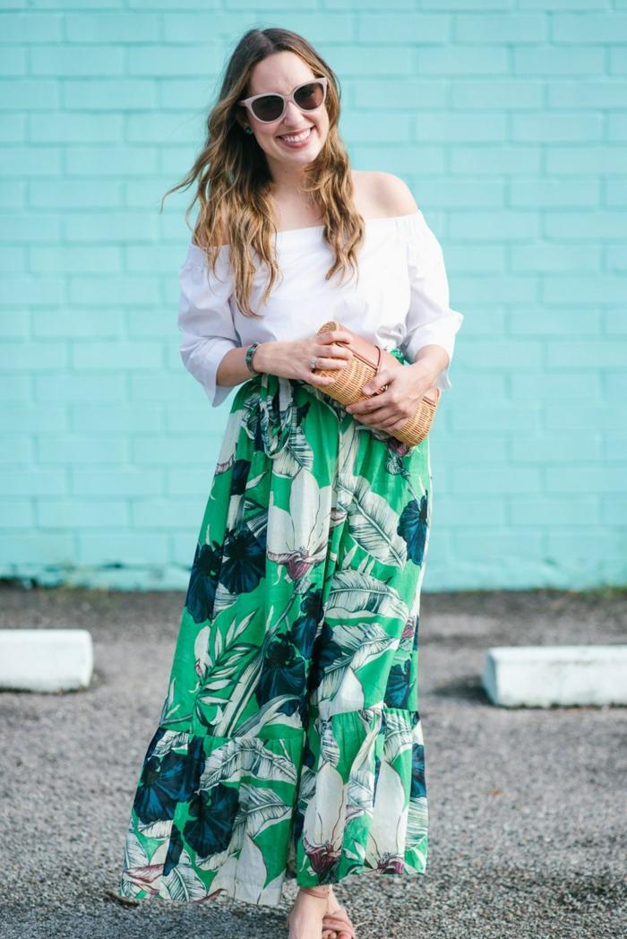 jupe longue taille haute prints tropicaux, chemise épaules dénudées, sac marron