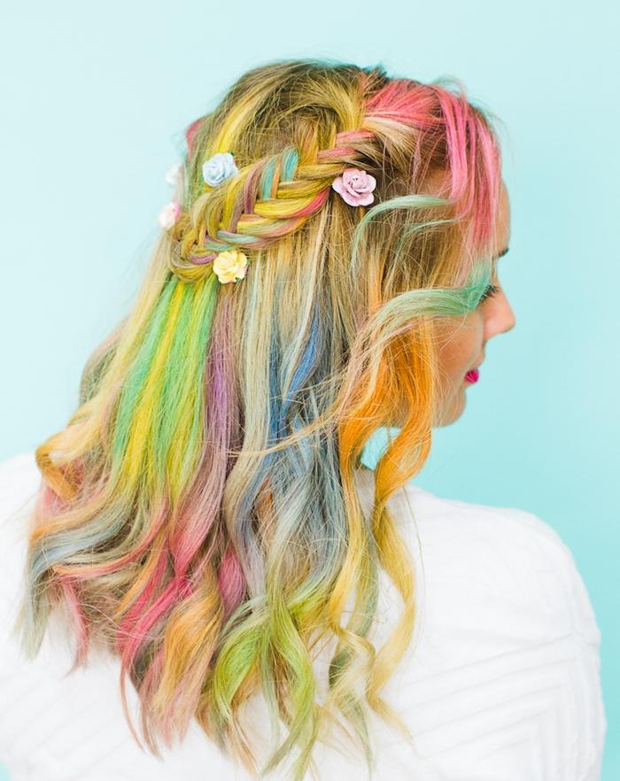 coiffure avec tresse épi de coté, cheveux arc en ciel colorés, décoration de petites roses décoratives