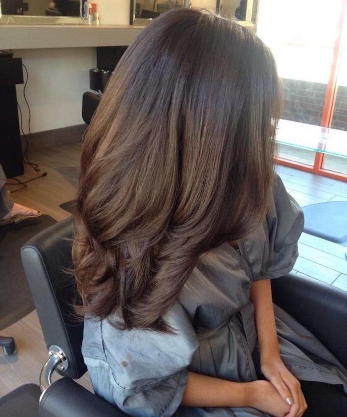 coiffure femme mi long avec volume et ondulations couleur chatain foncé