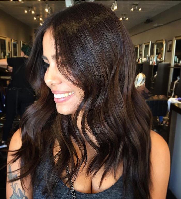 photo de femme brune marron glacé avec cheveux ondulés foncés