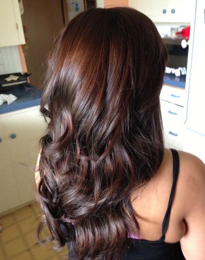 modele de couleur marron glacé cheveux longs bouclés avec reflets chocolat