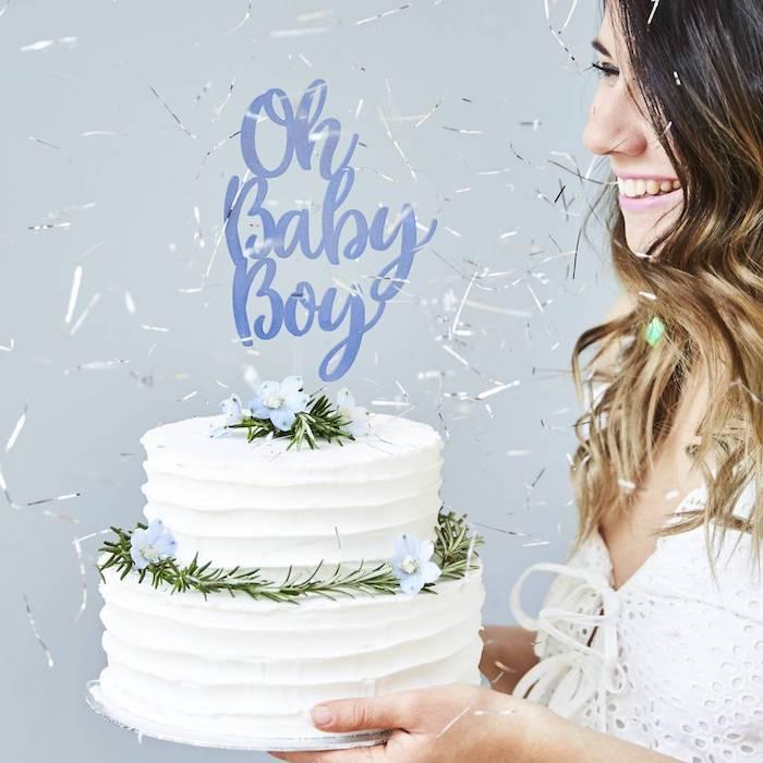 Femme enceinte souriante gateau blanc decoration crème fleurs gateau naissance gateau femme enceinte originale idée décoration gâteau annoncer que c est un garcon
