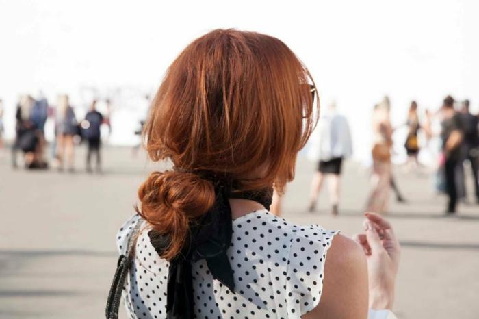 chignon bas flou, ruban noir, chemise blanche pointillée, cheveux roux messy