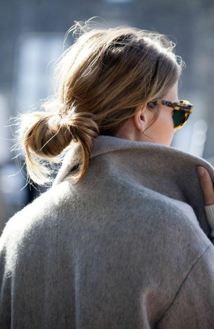 comment réussir le chignon coiffé décoiffé, chignon bas facile, manteau gris