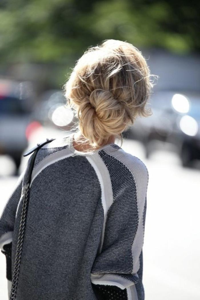 chignon flou sur cheveux épais, blouse grise streetstyle et coiffure effortless chic