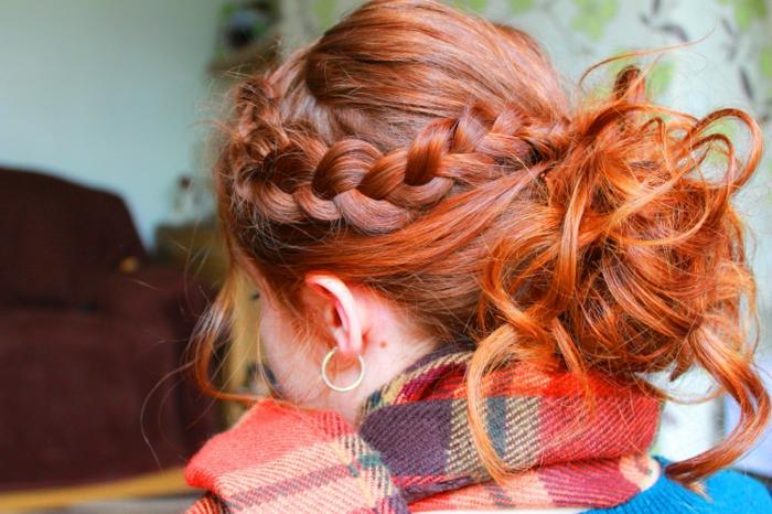 chignon décoiffé volumineux, tresse de côté, écharpe carré écossais, cheveux roux