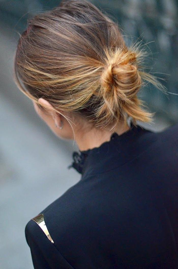 chignon cheveux mi long, balayage caramel cheveux châtains, veste noire