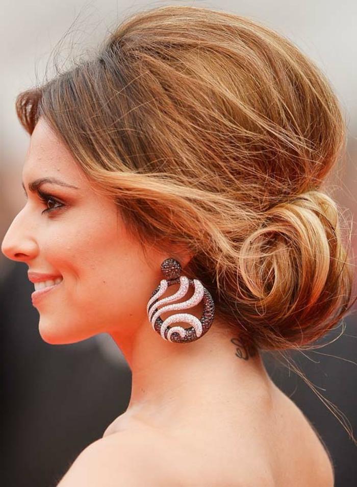 comment faire un chignon décoiffé de ponytail enroulé, grandes boucles d'oreille