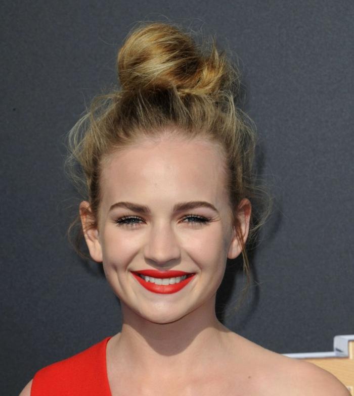 chignon haut, cheveux blonds, lèvres rouges, maquillage des yeux naturel