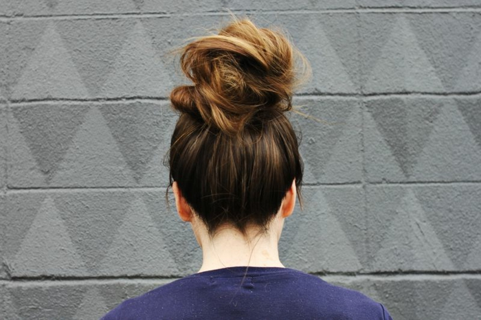 haut chignon ébouriffé, coiffure chignon volumineux, chignon pour cheveux longs