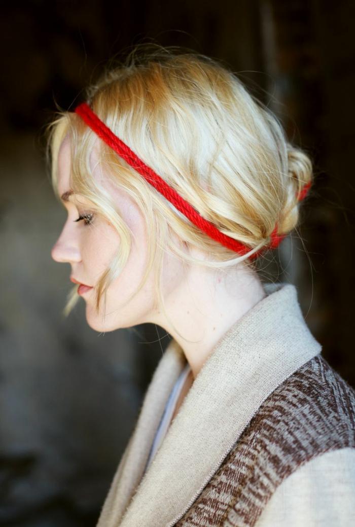 chignon flou avec bandeau, bandeau rouge autour des cheveux blond platine