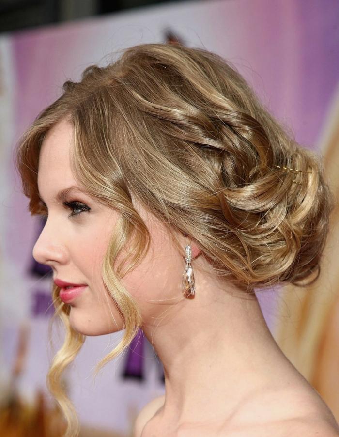 chignon flou, Taylor Swift, boucles d'oreilles sympas, cheveux ondulants