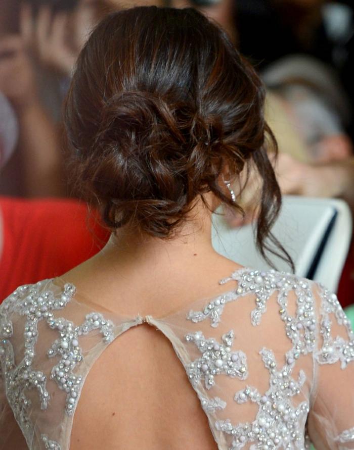 robe dentelle avec motifs floraux, joli chignon bas ébouriffé, mèches échapées